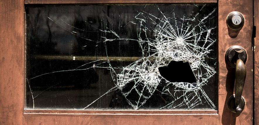 窓ガラスのヒビ