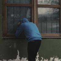 窓ガラスが割られる前に
